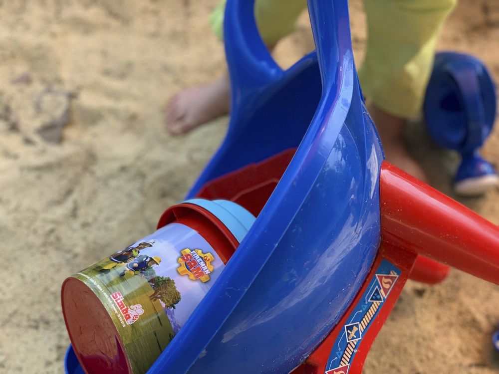 Sandkasten Spass mit Feuerwehrmann Sam