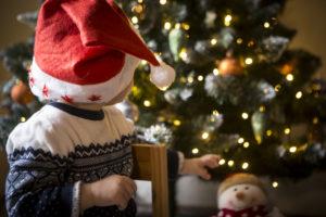Weihnachten mit Kindern – da darf der Baum nicht fehlen